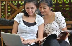 Flickaaktivitet och kamratskap Fotografering för Bildbyråer
