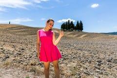 Flickaanseende i de Tuscan fälten i sommar Arkivbilder
