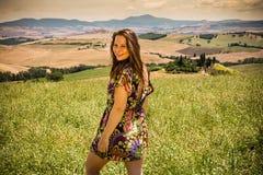 Flickaanseende i de Tuscan fälten i sommar Royaltyfri Foto