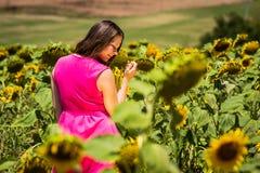 Flickaanseende i de Tuscan fälten i sommar Arkivfoto