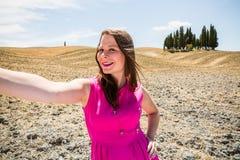 Flickaanseende i de Tuscan fälten i sommar Royaltyfri Fotografi