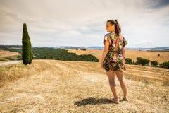 Flickaanseende i de Tuscan fälten i sommar Fotografering för Bildbyråer