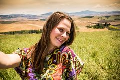 Flickaanseende i de Tuscan fälten i sommar Arkivfoton