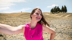 Flickaanseende i de Tuscan fälten i sommar Arkivbild