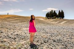 Flickaanseende i de Tuscan fälten i sommar Royaltyfri Bild