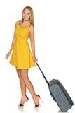 Flickaanseende med resväskan för lopp och att le Arkivfoton