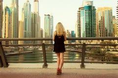 Flickaanseende på bron i Dubai royaltyfria foton