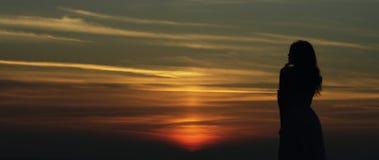 Flickaanseende på solnedgången arkivfoton