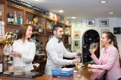 Flickaanseende på stången med exponeringsglas av vin Arkivfoton