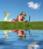 flickaanteckningsbokvatten royaltyfria foton