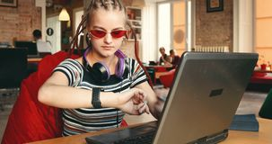 Flickaarbeten på bärbara datorn arkivfilmer