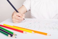 Flickaattraktionerna i kul?ra blyertspennor arkivbilder