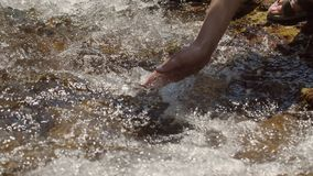Flickaattraktionvattnet i en ren bergström stock video