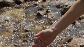 Flickaattraktionvattnet i en ren bergström arkivfilmer
