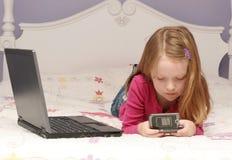 flickabärbar dator genom att använda barn Royaltyfri Bild