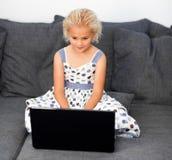 flickabärbar dator genom att använda barn Arkivfoton