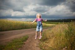 Flickabanhoppning i ett fält Arkivfoto