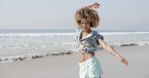 Flickabanhoppning med Joy On The Seashore stock video