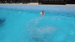 Flickabanhoppning och dykning i simbassäng lager videofilmer