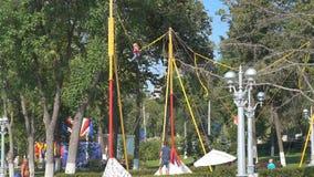 Flickabanhoppning på en trampolinbungee arkivfilmer