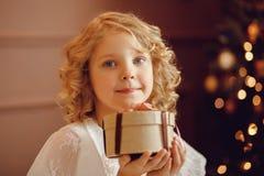 Flickabarn i dekorerad härlig jul royaltyfri foto