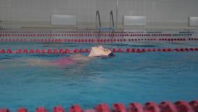 Flickabarn i simbass?ng Le barnet leder en sund livsstil och intensivt p? sportar arkivfilmer