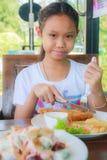 Flickabarn som äter fisken Dolly Steak arkivbild