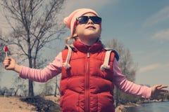 Flickabarn som utomhus går arkivfoto