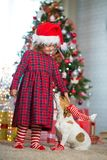 Flickabarnet firar jul med hunden royaltyfria bilder
