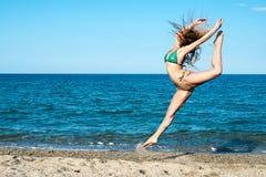 Flickablondin på strandförsöket en dansare royaltyfri fotografi
