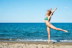 Flickablondin på strandförsöket en dansare fotografering för bildbyråer