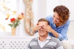 Flickabokslutögon av hennes man arkivbild