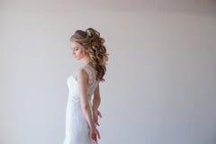 Flickabrud i vit en härlig klänningbröllopsklänning royaltyfria foton