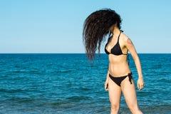 Flickabrunett på strandförsöket en dansare fotografering för bildbyråer