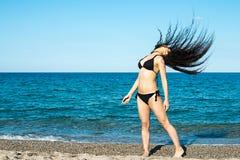 Flickabrunett på strandförsöket en dansare royaltyfria foton