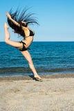 Flickabrunett på strandförsöket en dansare royaltyfri bild