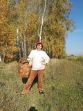 Flickachampinjonplockare med en korg i höstskogen royaltyfri fotografi
