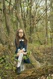 Flickacloseup som luktar en gul blomma på en lycklig grön bakgrund Fotografering för Bildbyråer