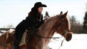 Flickacowboysammanträde på en häst Royaltyfri Fotografi