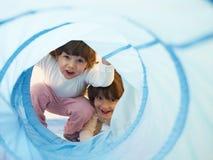 flickadagis little som leker två Royaltyfri Foto