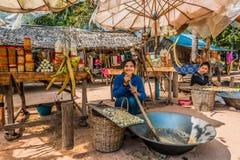 Flickadanande som säljer sötsaker Angkor Cambodja för sockerrotting royaltyfri foto