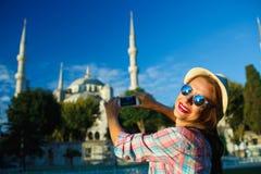 Flickadanandefoto vid smartphonen nära den blåa moskén, Istan Arkivbild
