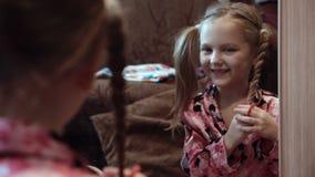 Flickadananderåttsvansar framme av spegeln stock video