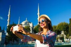 Flickadanandeselfie vid smartphonen på bakgrunden av Blen Fotografering för Bildbyråer