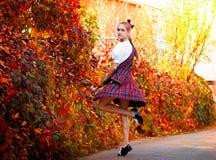 Flickadans i den irländska dansdräkten Arkivfoton