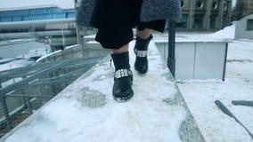 Flickadans i kängor i snön stock video