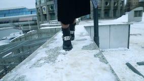 Flickadans i kängor i snön lager videofilmer