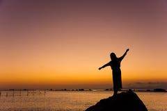 Flickadans på stranden på solnedgången Arkivfoton