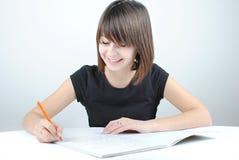 flickadeltagaren skriver Arkivbilder