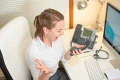Flickadispatcherrop som arbetar med telefonen I appellmitten som är ilsken ondska fotografering för bildbyråer